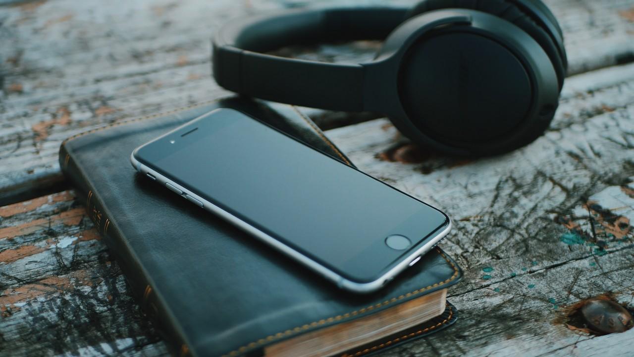 iphone with headphone featured - 13 ứng dụng và game iOS mới, giảm giá miễn phí ngày 17/3/2019