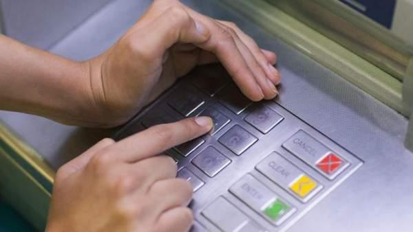 mat tien ATM 600x338 - Đây là việc cần làm ngay nếu bị mất tiền trong thẻ ATM