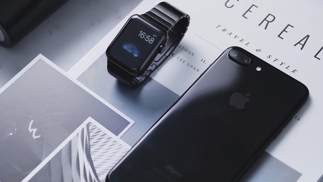 iphone with apple watch featured - Apple phát hành iOS 12.4 beta 2