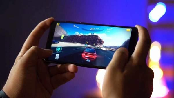 ASUS ZenFone Max Pro M1 gia bao nhieu 600x338 - Bốn triệu đồng: chọn điện thoại chơi game nào?