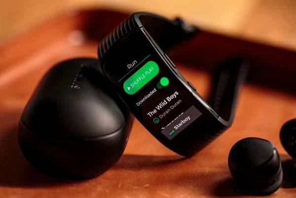 Samsung Gear Fit 2 featured 600x402 - Chọn thiết bị đeo tay thông minh dưới 4 triệu đồng: Xiaomi Amazfit Pace hay Samsung Gearfit 2 pro?