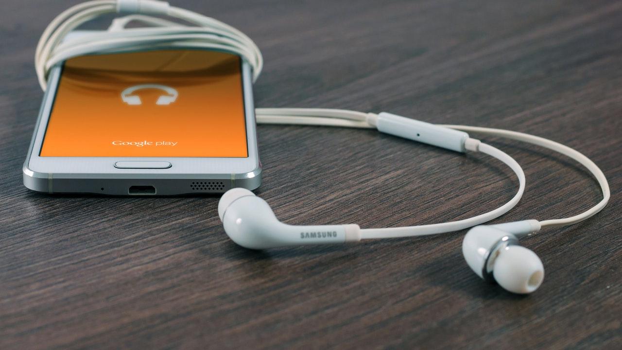android smartphone headphone featured - 9 ứng dụng và game Android mới, giảm giá miễn phí ngày 12/4/2019