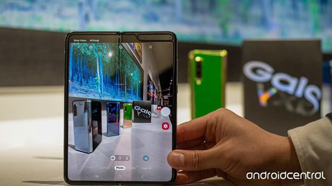 galaxyfold loi man hinh 1 - Samsung hoãn giao hàng Galaxy Fold