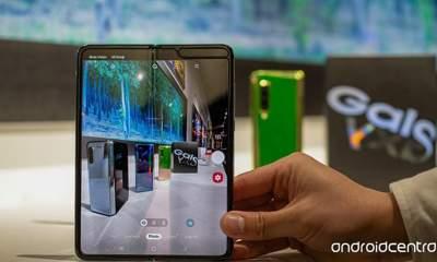 galaxyfold loi man hinh 400x240 - Smartphone gập Galaxy Fold chưa bán ra đã lỗi màn hình