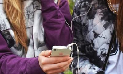 iphone headphone friends featured 400x240 - Cách phát các bài hát ở cùng mức âm lượng trong Apple Music
