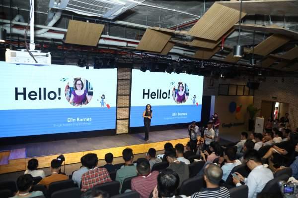 Cô Elin Barnes Giám đốc Phát triển sản phẩm của Google giới thiệu về Google Assistant Tiếng Việt 600x400 - 8 điều cần biết về Google Assistant