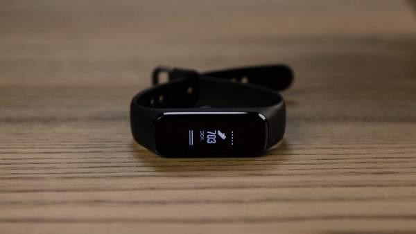 Galaxy Fit e 600x338 - Chọn vòng đeo tay thông minh giá dưới 1 triệu đồng