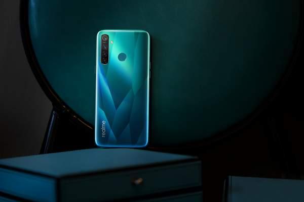 realme 5 Pro Crystal Green lifestyle 2 600x400 - Những smartphone lên kệ tháng 10