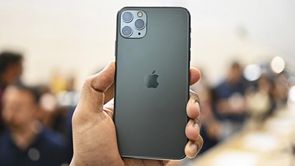 apple iphone 11 pro max hands 600x338 - 44 triệu mua được chiếc xe máy, liệu bạn có dùng để mua iPhone 11 Pro Max?