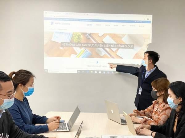 Chuyên gia VNPT giới thiệu giải pháp VNPT E Learning cho giáo viên 600x450 - VNPT tăng tốc độ internet cho trường học hỗ trợ giáo dục trực tuyến